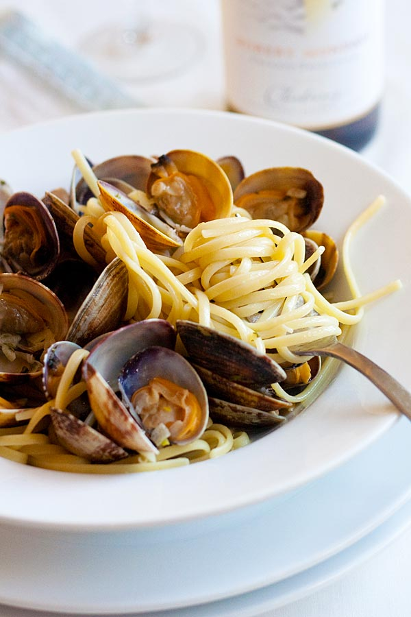 Spaghetti with clams pasta on a plate.