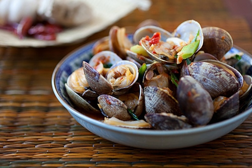 Easy and delicious stir fry Asian style clams with chili served in a plate.