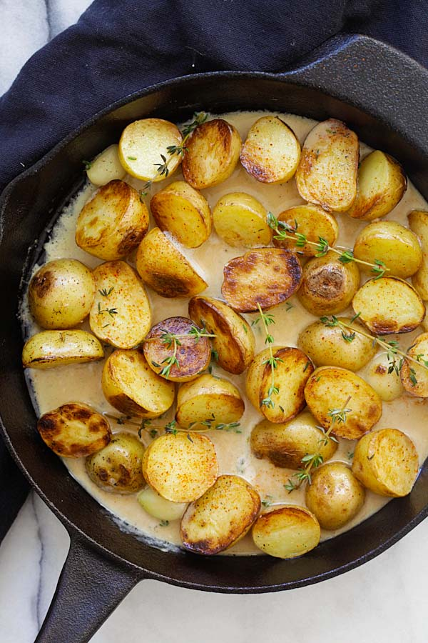 Creamy garlic thyme potatoes as side dish.