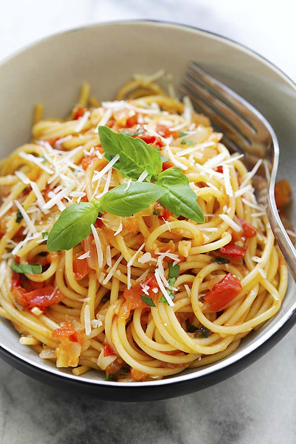 Spaghetti cooked in one pot, with tomato sauce.