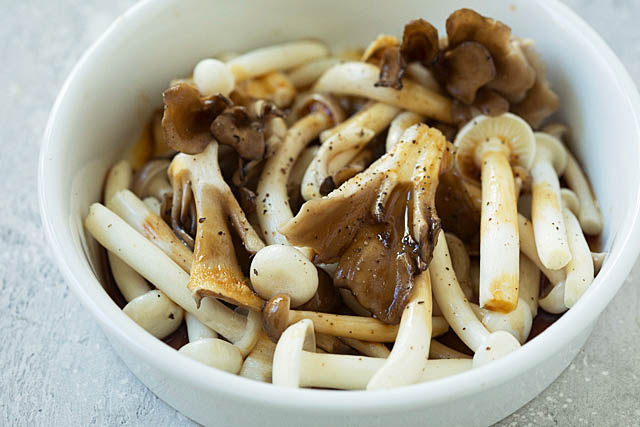 Sesame and soy sauce mushrooms in a bowl.