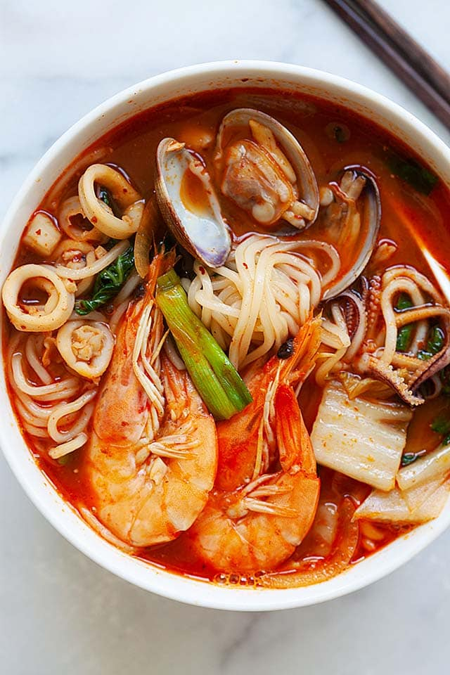 Jjampong recipe with seafood and spicy soup.